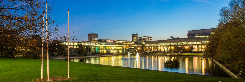 کالج دانشگاه دوبلین در شب